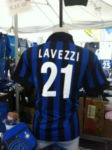 La maglia dell'Inter con il nome di Lavezzi