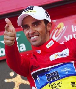 Alberto Contador con la maglia rossa, simbolo del leader della Vuelta