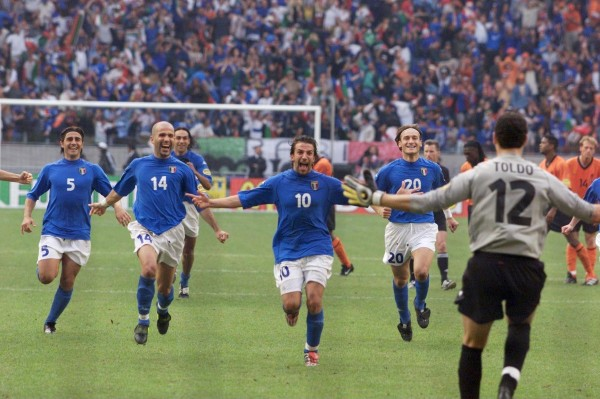 L'Italia di Zoff supera l'Olanda ai rigori e accede alla finale degli Europei. Era il 29 giugno del 2000