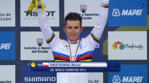 Michal Kwiatkowski con la maglia iridata e la medaglia d'oro al collo sul podio di Ponferrada