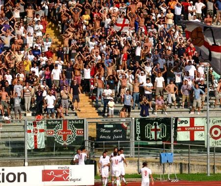 La tifoseria del Padova festeggia con i suoi calciatori la vetta nel Girone D