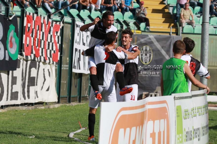 I giocatori della Robur Siena festeggiano uno dei tre gol con cui si sono imposti sul San Giovanni Valdarno