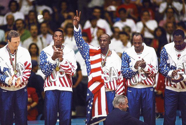 Il Dream Team USA di Barcellona '92 festeggia l'oro Olimpico