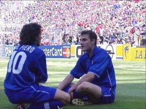 Vieri esulta con Del Piero dopo il gol decisivo in Italia-Norvegia 1998.