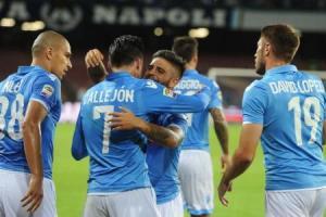 Lorenzo Insigne abbraccia José Callejon dopo il 2-1 messo a segno dallo spagnolo al Torino