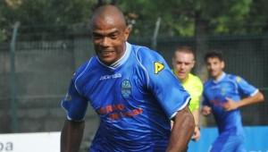 L'ala brasiliana Ferreira Pinto, ex Atalanta, in azione con la maglia del suo Pontisola
