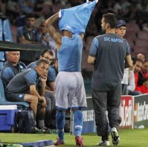 Lorenzo Insigne getta via la maglia del Napoli