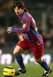 Un giovane Lionel Messi in azione con la maglia del Barcellona