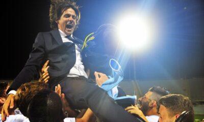 Simone Inzaghi festeggiato dai suoi ragazzi dopo la conquista della SuperCoppa Primavera
