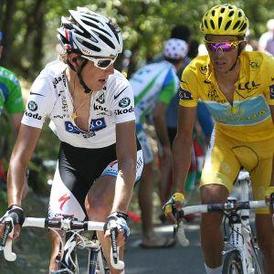Andy Schleck, in maglia bianca a sinistra, con Alberto Contador, sulla destra, nell'epica battaglia sul Tourmalet del Tour 2010