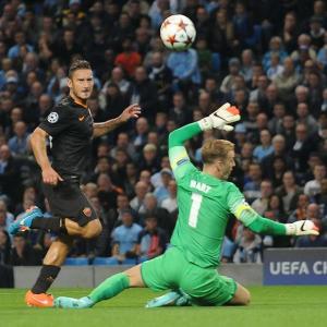 Francesco Totti supera in uscita Joe Hart e realizza il pareggio della sua Roma sul campo del Man City, diventando il marcatore più longevo nella storia della Champions League