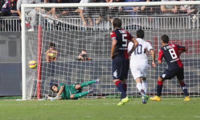 Mattia Perin neutralizza il rigore di Avelar. Cagliari-Genoa finisce 1-1