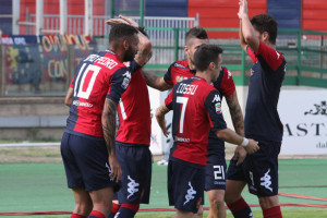 I calciatori del Cagliari festeggiano dopo il gol dell'illusorio 1-0