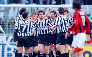 L'esultanza dei bianconeri per uno dei sei gol al Milan