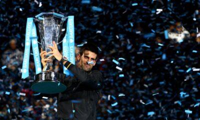 Novak Djokovic solleva il trofeo dell'ATP World Tour Grand Final 2014