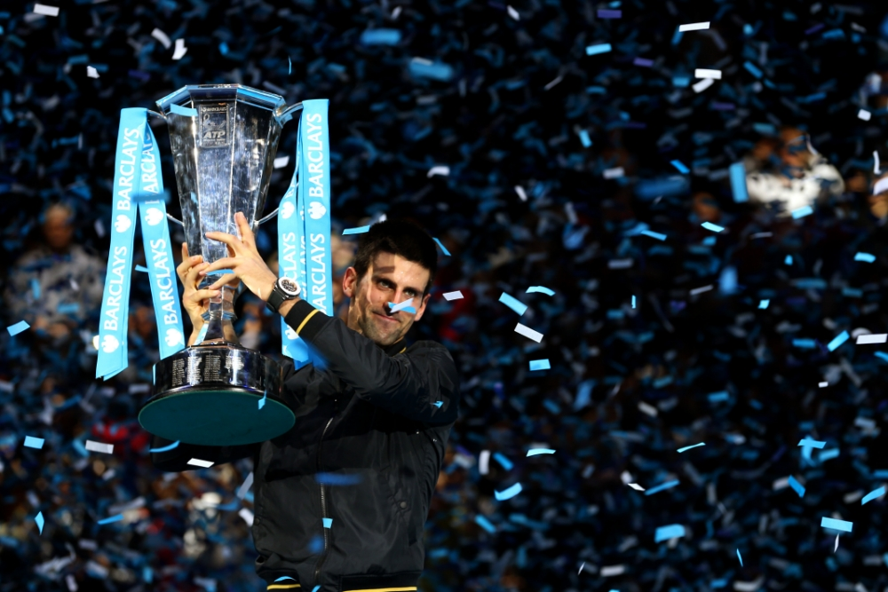 Novak Djokovic solleva il trofeo dell'ATP World Tour Grand Final 2014