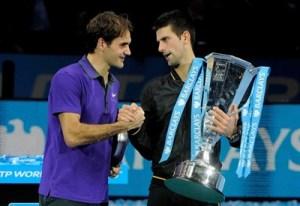 Roger Federer e Novak Djokovic si stringono la mano dopo il forfait dello svizzero