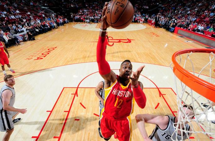 I Rockets travolgono gli Spurs