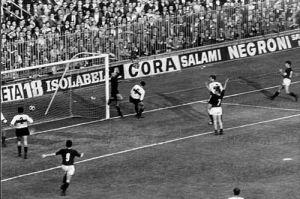 Il contestatissimo gol di Gianni Rivera.