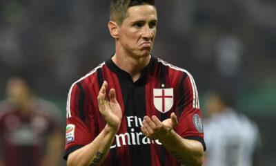 Fernando Torres applaude i compagni in campo