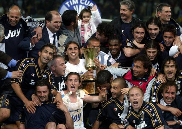 Il Parma festeggia la vittoria della sua ultima Coppa Italia nel 2002
