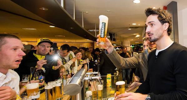 I giocatori del Borussia Dortmund offrono birra ai tifosi