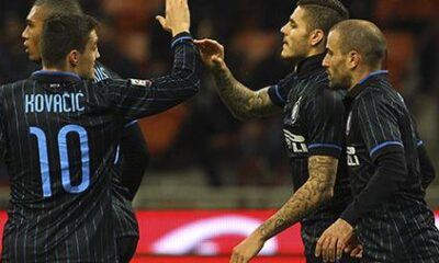 I giocatori nerazzurri festeggiano il pareggio sulla Lazio.