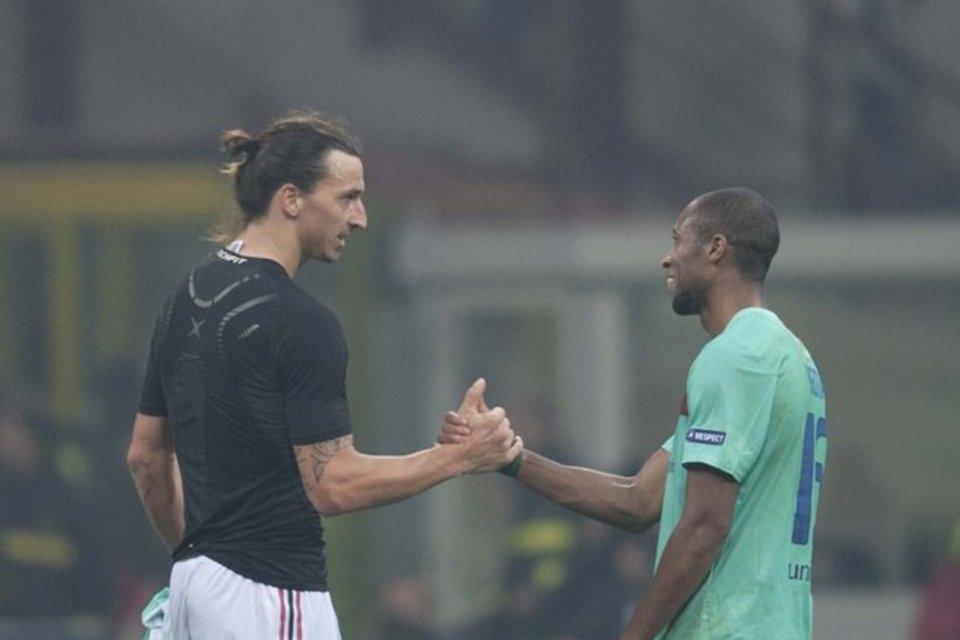 Ibrahimovic saluta Keita dopo la partita di Champions contro il Barcellona.