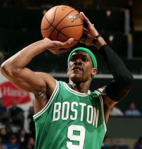 Rajon Rondo, un'immagine del tributo proposto dai Celtics alla fine del primo quarto contro Dallas