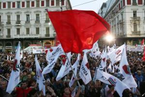 Bandiere di Syriza: il partito di Alexis Tsipras fa tremare l'Europa dei mercati