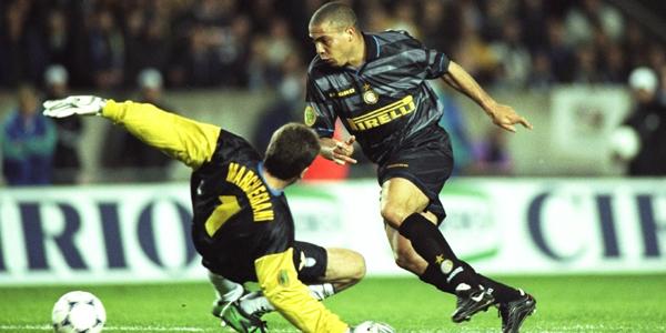 Il Fenomeno scarta Marchegiani e sigla il 3-0 dell'Inter sulla Lazio nella notte di Parigi.