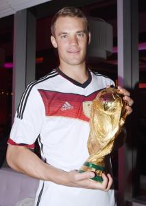 Manuel Neuer con la coppa del Mondo vinta quest'estate con la nazionale tedesca