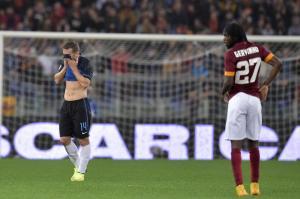 La difesa dell'Inter in difficoltà contro l'impeto offensivo della Roma