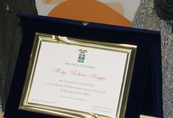 Ma che bei momenti: ecco la targa conferita nel 2012 dall'assessore alla caccia della Provincia di Vicenza Marcello Spigolon a Roberto baggio per la sua partecipazione a una manifestazione venatoria