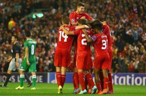 Balotelli esulta con i compagni di squadra del Liverpool dopo il suo gol in Champions League contro il Ludogorets