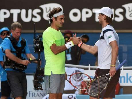 Roger Federer abbraccia e si congratula con Seppi dopo la sconfitta a Melbourne