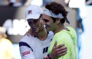 Federer supera la rete e abbraccia Seppi dopo la partita. Roger signore anche nella sconfitta
