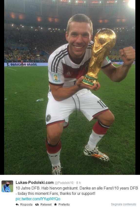 Il tweet di Lukas Podolski con la Coppa del Mondo in mano dopo la vittoria della nazionale tedesca in Brasile