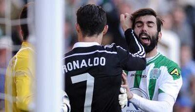 Il pugno rifilato da Cristiano Ronaldo ad un avversario durante l'incontro di Liga