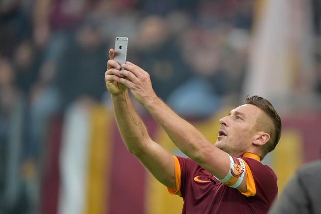 Una doppietta di Totti,con selfie per festeggiare, evitò la sconfitta della Roma nel derby di andata.