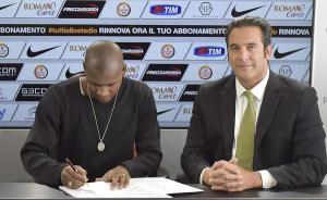 Victor Ibarbo al momento della firma