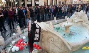 Tifoso violento: La fontana della Barcaccia dopo l'assalto dei tifosi del Feyenoord
