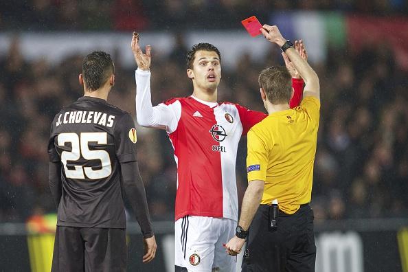 L'espulsione di Te Vrede che ha causato le intemperanze dei tifosi del Feyenoord.