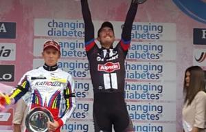 John Degenkolb festeggia sul podio della Milano-Sanremo con alla sua destra un deluso Kristoff