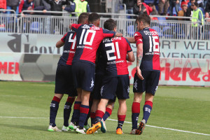 Il Cagliari festeggia dopo il gol del provvisorio pareggio con la Lazio
