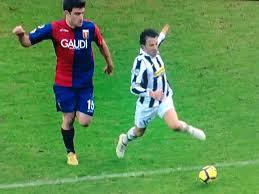 Il fermo immagine del clamoroso rigore concesso alla Juventus nella sfida con il Genoa del febbraio 2010. Ovviamente le polemiche furono roventi.