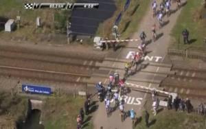 Tragedia sfiorata alla Parigi-Roubaix: il treno è passato pochi secondi dopo il passaggio dei corridori