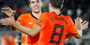 Van Persie e Strootman con la maglia dell'Olanda. I due potrebbero ritrovarsi nella Roma nella prossima stagione.