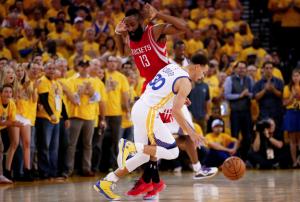 Steph Curry e James Harden in azione uno contro l'altro in queste Western Conference Nba Finals