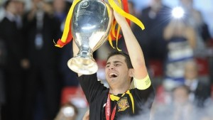 Iker Casillas, capitano della Spagna e del Real Madrid, alza la coppa dell'Europeo 2008